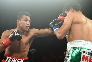 Gonzalez (left) landing a left hand on Sosa (right) ringtv.com by Naoki Fukuda